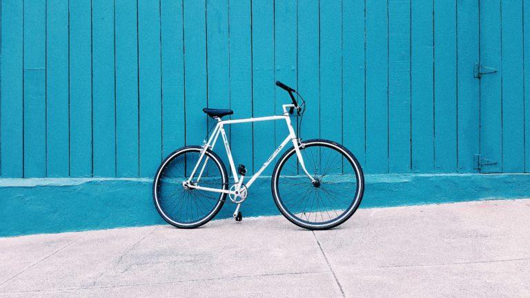 rower na niebieskim tle