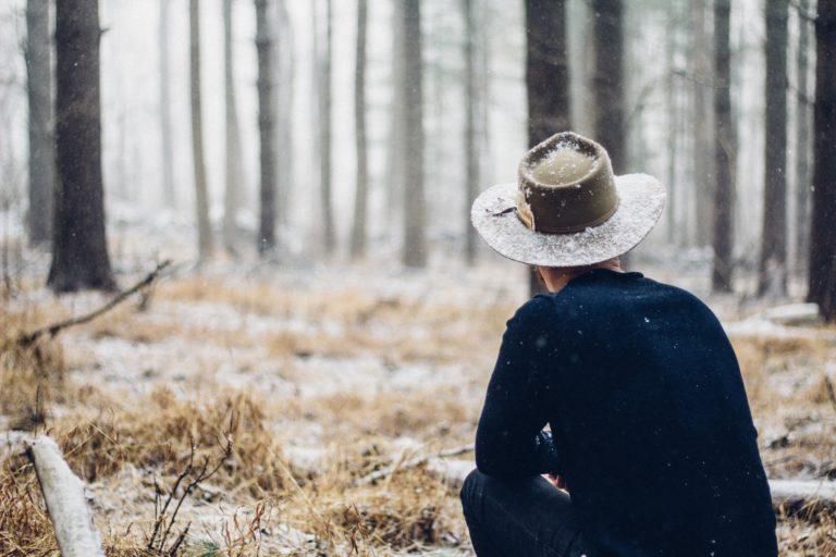mężczyzna w lesie zimą
