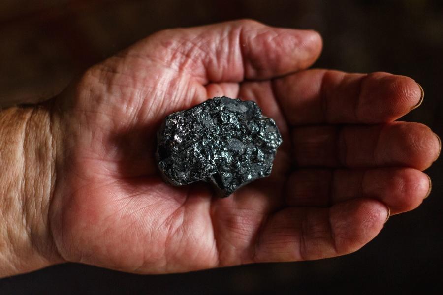 węgiel na dłoni